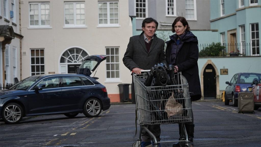 Gabriel Byrne y Elizabeth McGovern en el episodio 5 de La guerra de los mundos