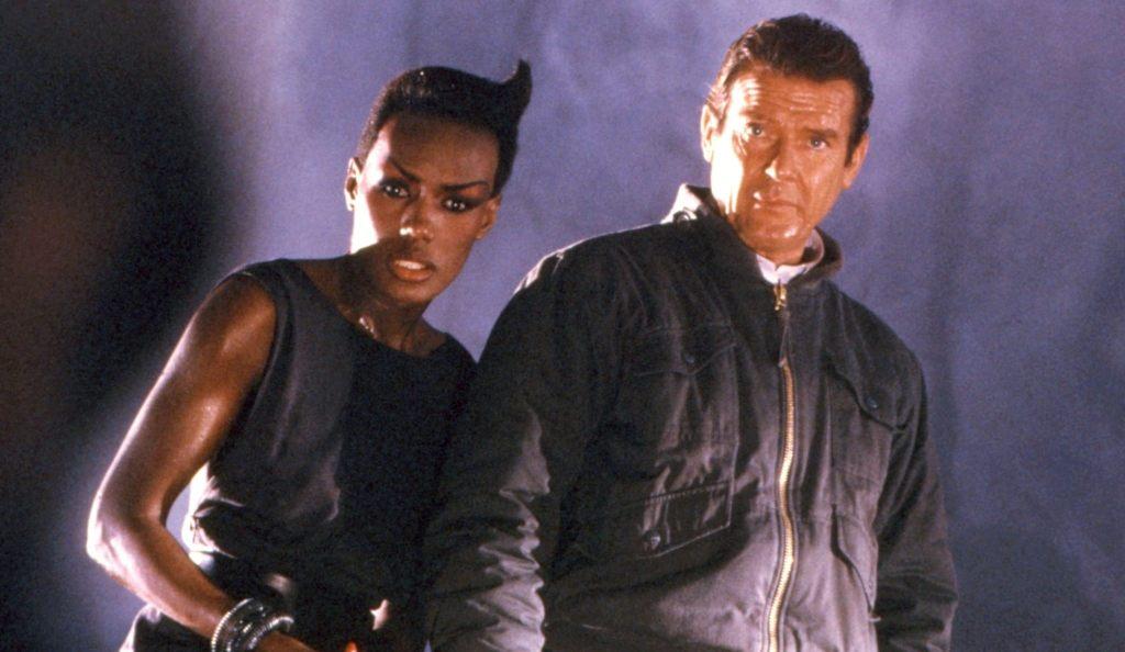 Grace Jones y Roger Moore en una matanza