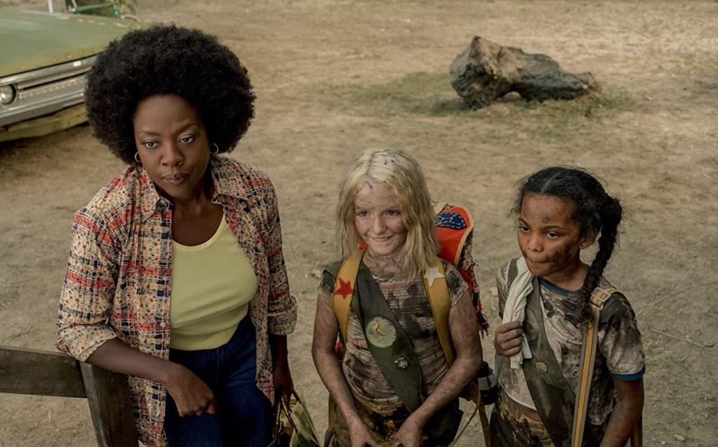 Viola Davis y McKenna Grace en Troop Zero