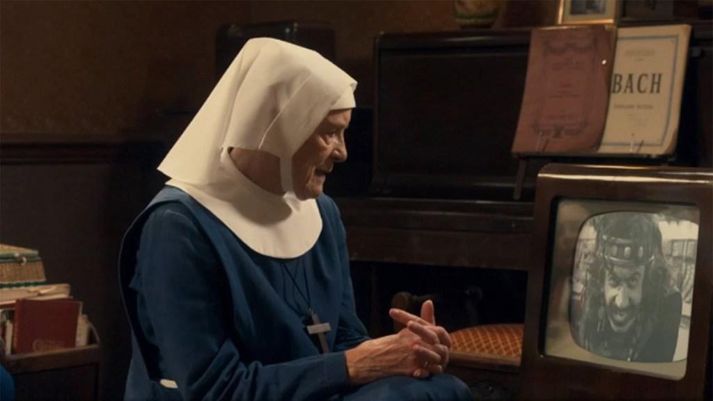 La hermana Mónica Joan mira al Doctor Who en Call The Midwife