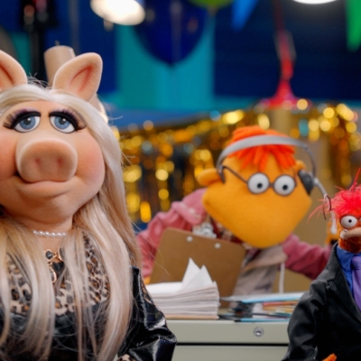 Miss Piggy as a guest judge on Pepe's game show on Muppets Now