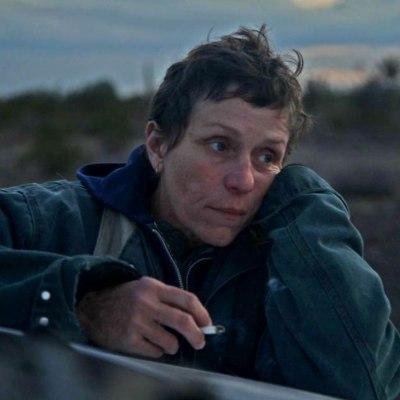 Frances McDormand en el desierto de Nomadland