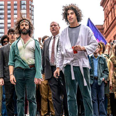 Sacha Baron Cohen y Jeremy Strong como Abbie Hoffman y Jerry Rubin en la séptima prueba de Chicago