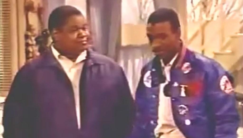 Paul Bates como Oha y Tommy Davidson como Prince Tariq en el programa piloto de televisión Coming to America.