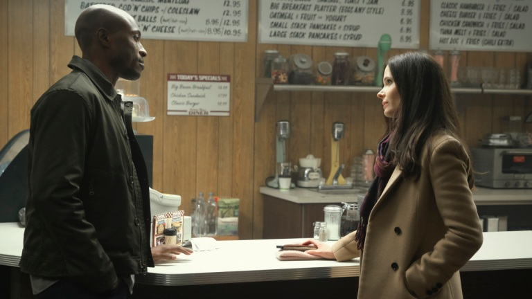 Wole Parks as Captain Luthor and Elizabeth Tulloch as Lois Lane in Superman and Lois episode 5
