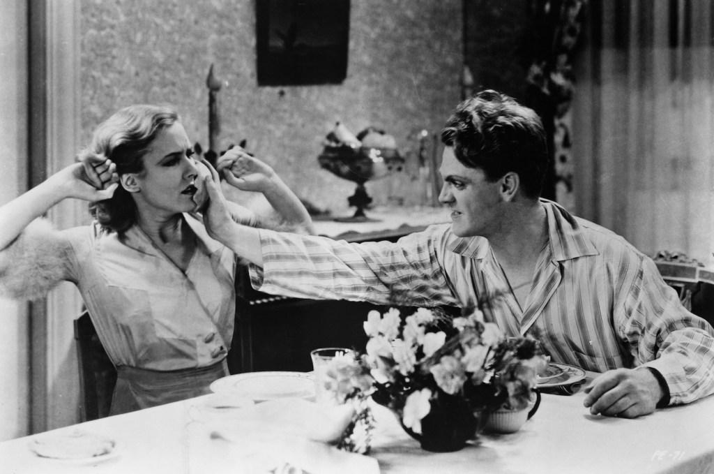 James Cagney empuja a Make Clark en la cara en The Public Enemy