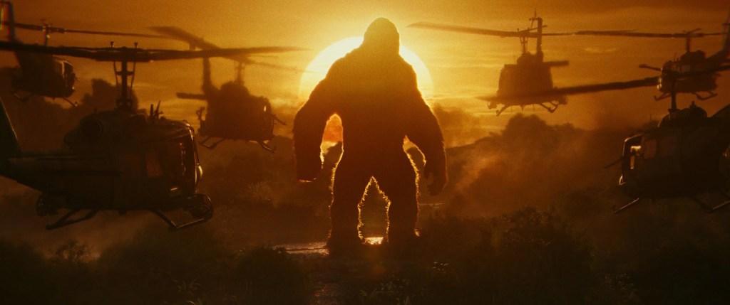 Kong se para frente a helicópteros en Kong Skull Island