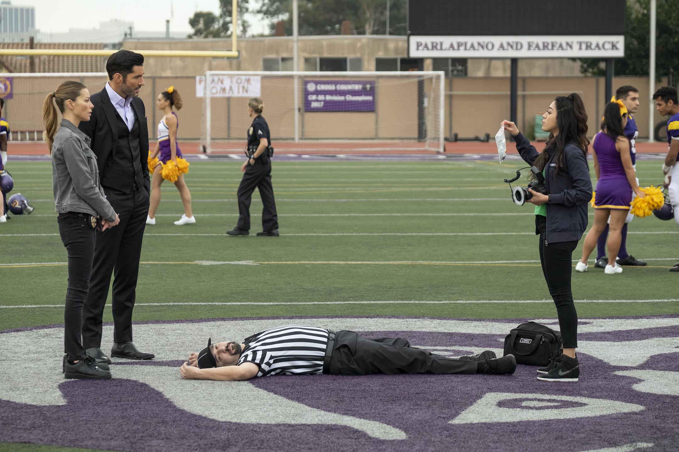 Lucifer, Chloe y Ella investigan el asesinato de un árbitro del instituto.
