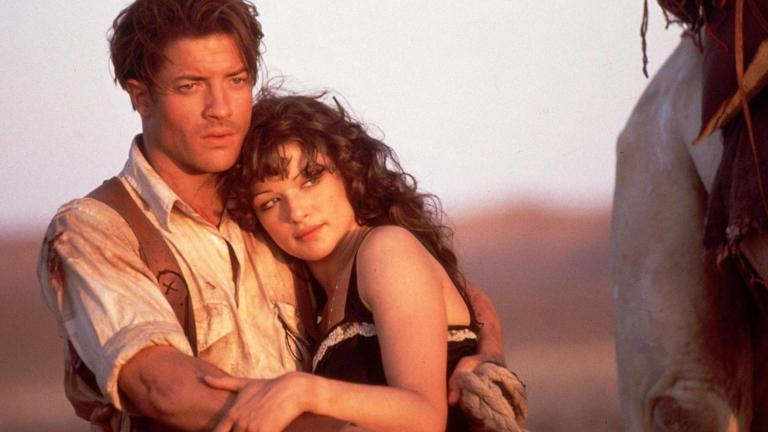 Rick and Evelyn embrace in the desert in The Mummy