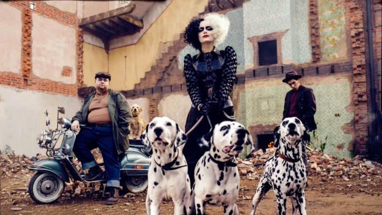 Emma stone as Cruella with Dalmatians
