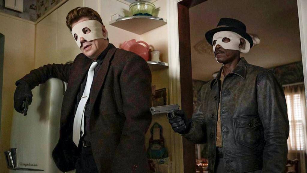 Benicio Del Toro y Don Cheadle con pistola en No Sudden Move