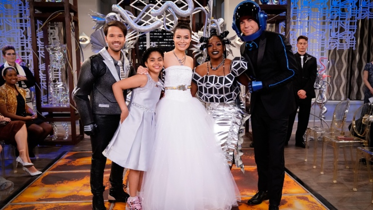 Nathan Kress as Freddie, Jaidyn Triplett as Millicent, Miranda Cosgrove as Carly, Laci Mosley as Harper and Jerry Trainor as Spencer of the Paramount+ series iCARLY