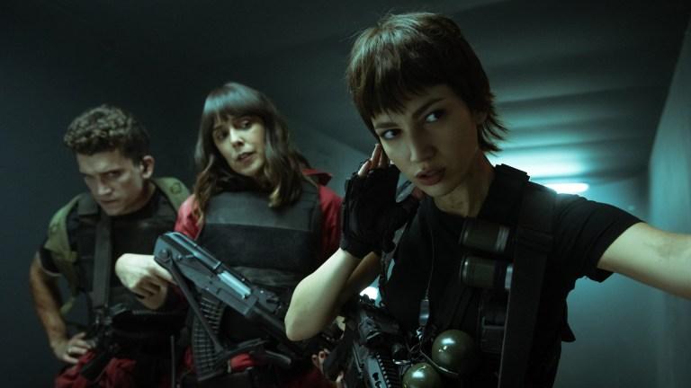 (L to R) JAIME LORENTE as DENVER, BELÉN CUESTA as MANILA, ÚRSULA CORBERÓ as TOKIO in episode 04 of LA CASA DE PAPEL.