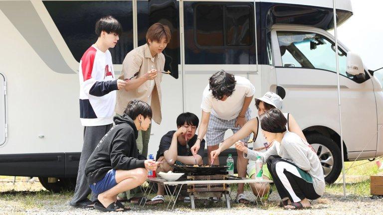 Cei șapte membri ai BTS mănâncă orez prăjit kimchi dintr-un capac de ceaun