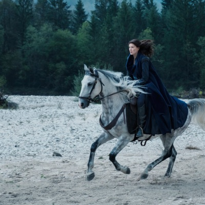 Moiraine riding a horse in Wheel of Time