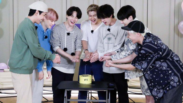BTS cuts a cake celebrating Run BTS' break